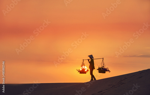 Foto  woman with Vietnam culture traditional dress on sandune during sunset ,tradition