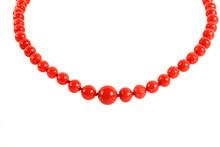 Halskette Aus Roten Korallen Vor Weißem Hintergrund