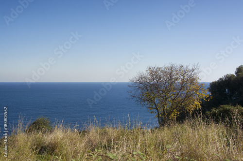 Photo partial view of the Ionian coast near Acireale in Sicily