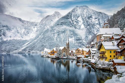 Fotografie, Obraz  Blick auf das winterliche Hallstatt in den verschneiten Alpen von Österreich