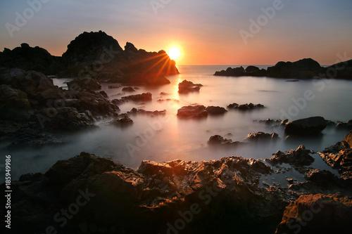 sylwetki-piekna-sceneria-podczas-zmierzchu-kung-wiman-plaza-przy-chanthaburi-prowincja-w-tajlandia-jest-to-bardzo-popularne-wsrod-fo