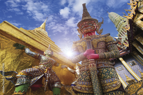 Photo  Wat Phra Kaew, Temple of the Emerald Buddha Wat Phra Kaew is one of Bangkok's mo
