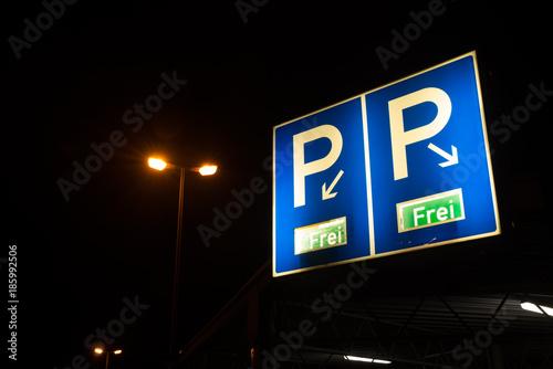 Türaufkleber Darknightsky Parkhaus Schild bei Nacht