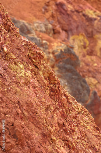 Photo Bauxite mine raw bauxite on surface