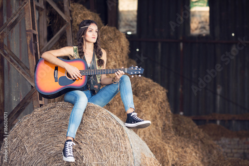Photo  Beautiful woman in Pocahontas costume with guitar