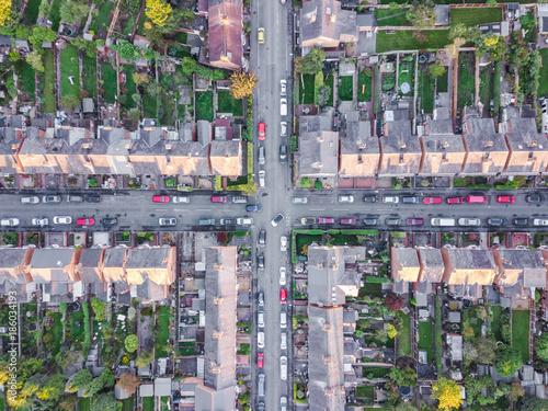 widok-z-lotu-ptaka-tradycyjnych-przedmiesci-mieszkaniowych-skrzyzowania-drog-w-anglii