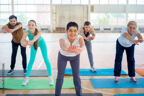 Poster Ecole de Yoga Group of people in a gym