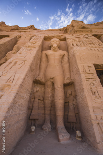 Deurstickers Bedehuis The small temple, dedicated to Nefertari and adorned with statues of the King and Queen, Abu Simbel, UNESCO World Heritage Site, Egypt, North Africa, Africa