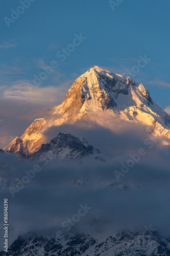 Photo Clouds hugging a mountaintop in the Annapurna mountain range in the Himalayas