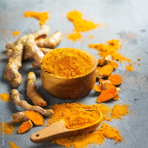 Cadres-photo bureau Condiment Raw turmeric root curcuma longa powder