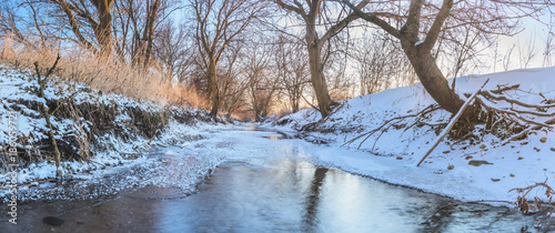 Foto auf Gartenposter Fluss Frozen Creek Winter Panoramic Landscape