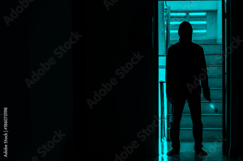 Photo Epic concept with man in silhouette holding knife inside a condo