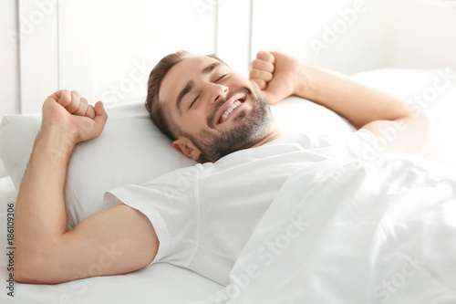 Photo Morning of handsome man lying in bed at home