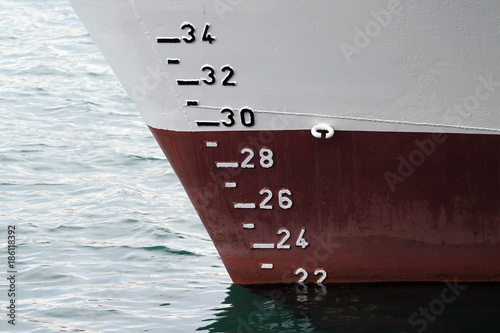 Fotografía  Ship hull with waterline and draft scale measure