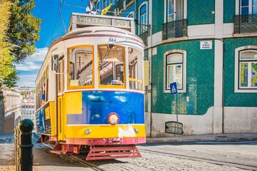 Žuti tramvaj 28 na ulicama Lisabona u Portugalu