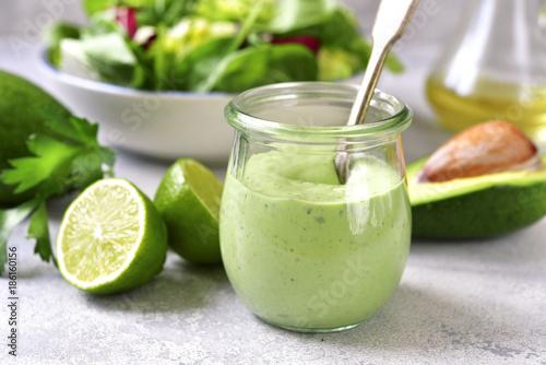 Domowy sos jogurtowy z awokado w zabytkowym szklanym słoju.