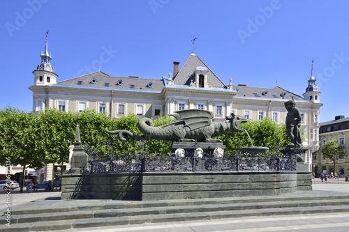 Fototapety, obrazy: Klagenfurt mit Lindwurmbrunnen und Neuen Rathaus