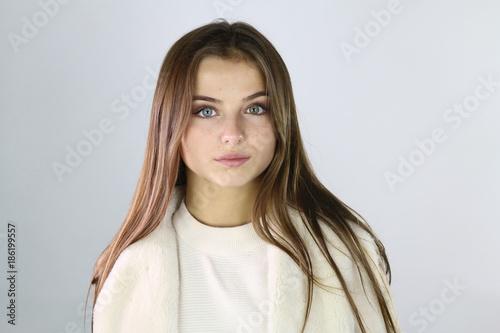 Portrait d' une belle adolescente sur un fond blanc