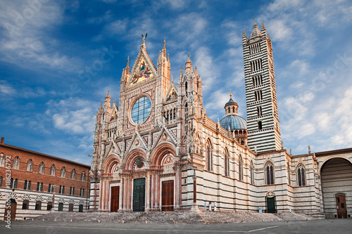 Fotografia Siena, Tuscany, Italy: the medieval cathedral at sunrise