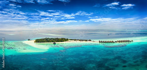 Fotografie, Obraz  Luftaufnahme eriner tropischen Insel auf den Malediven mit türkisem Wasser und f