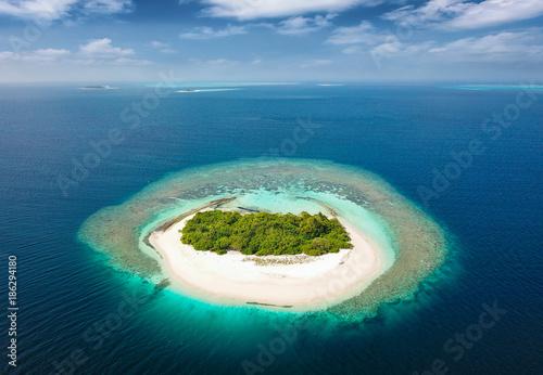 Unbewohnte, tropische Insel mit Korallenriff und Sandstrand auf den Malediven