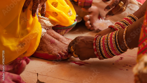 Photo Bride feet coloring ceremony, a Hindu wedding ritual, during an Indian marriage
