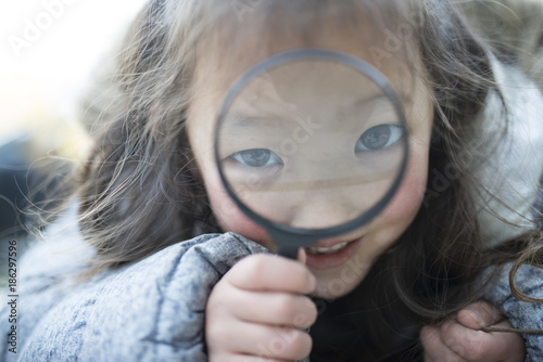 Carta da parati  虫眼鏡で遊ぶ女の子