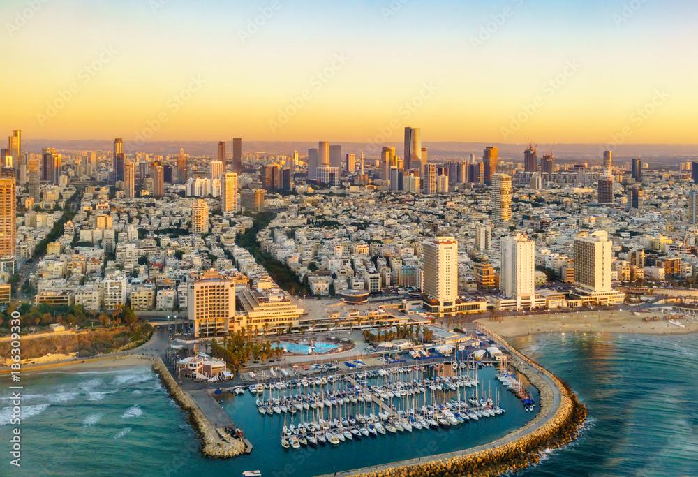 Fotomural  Aerial view of Mediterranean Seashore of Tel Aviv,  Israel.