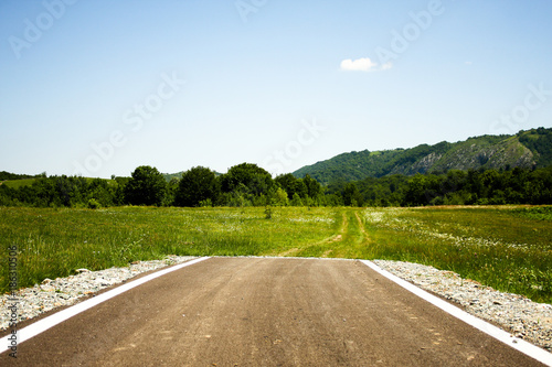 Photo A paved road suddenly ending in the middle of nowhere