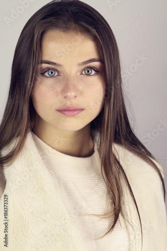 Brune Aux Yeux Bleus Photos portrait d' une belle jeune fille brune aux yeux bleus - acheter