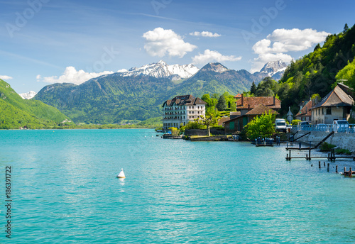Photo beautiful view on french Alps at lake Annecy, France