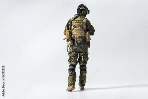 Fotografía  Full length soldier facing away while wearing protective military uniform