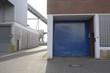 Lagerhallen und  Tor  im Hafen in Bremen im Gegenlicht