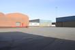 Lagerhallen aus Ziegelstein im Hafen in Bremen im Sonnenlicht