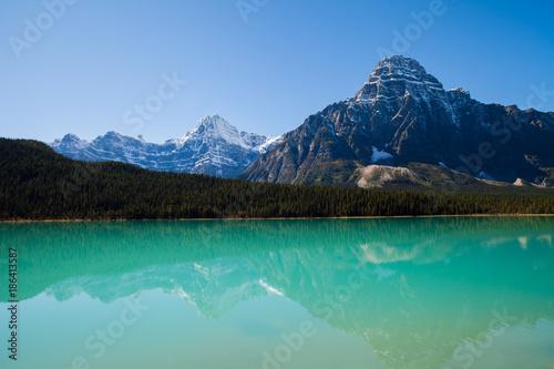 Foto auf Gartenposter Reflexion Mountain reflected in the turquoise lake