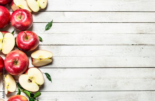 swiezi-czerwoni-jablka-z-liscmi