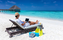 Arbeiten Im Urlaub: Mann Mit L...