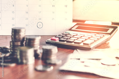 Fotografía debt collection and tax season concept with deadline calendar remind note,coins