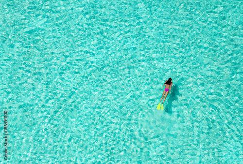 Frau schnorchelt in tropischen Gewässern, Luftaufnahme