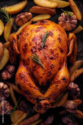 Pieczony kurczak z ziemniakami i czosnkiem, widok z góry
