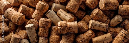 Wein und Champagner Korken auf dunkelem Hintergrund (Wein Konzept) Fototapeta
