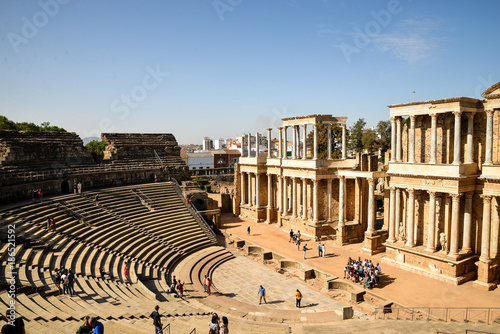 Fotografía Marida, Spain - October 10, 2017 : View of fragments of architecture of theatre and amphitheater in old town in Merida