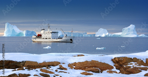 Photo sur Aluminium Arctique Greenland - Tourist Icebreaker - Arctic