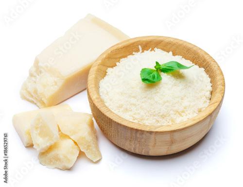 Plakat tarty ser parmezan w drewniane miski na białym tle