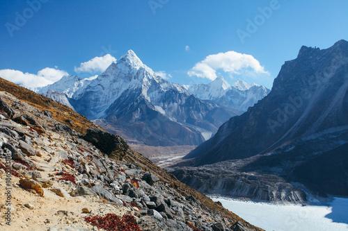 Plakat Niesamowite góry w Himalajach - Nepal.