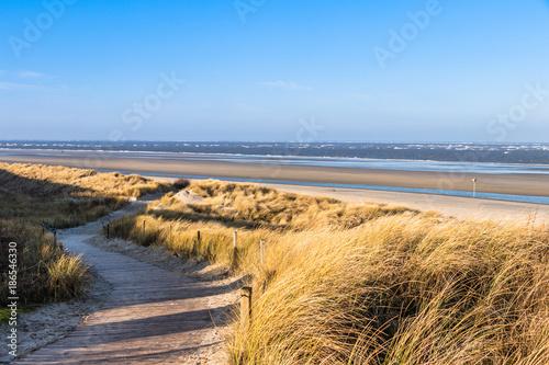 Autocollant pour porte La Mer du Nord Weg durch die Dünenlandschaft zum breiten Strand auf der Nordseeinsel Spiekeroog im Winter