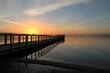 malerischer Sonnenaufgang an einer Seebrücke an der Ostsee