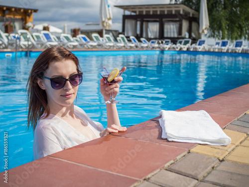 Fotografía  девушка в бассейне