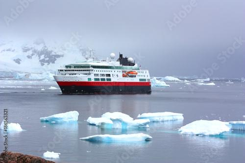 Tuinposter Antarctica Schiff in der Antarktis
