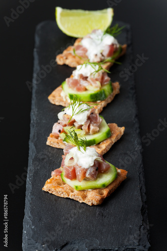 Recess Fitting Appetizer Knäckebrot mit Thunfisch